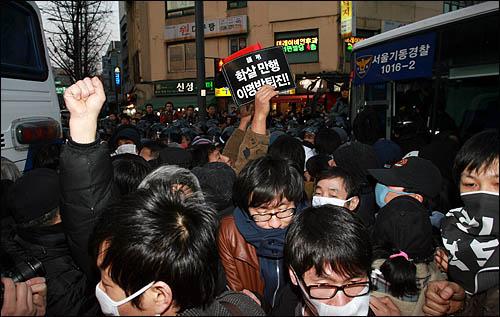 1일 '폭력살인진압 규탄 및 MB악법 저지를 위한 국민대회' 참가자들이 서울 청계광장을 전경차로 에워싸며 채증하는 경찰에게 항의하며 몸싸움을 벌이고 있다.