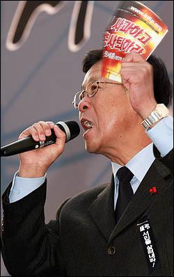 1일 서울 청계광장에서 열린 '폭력살인진압 규탄 및 MB악법 저지를 위한 국민대회'에서 민주당 원혜영 원내대표가 규탄사를 하고 있다.