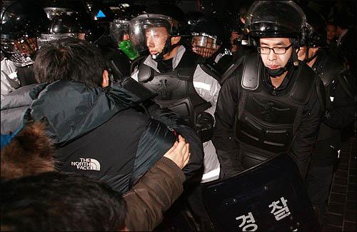'폭력살인진압 규탄 및 MB악법 저지를 위한 국민대회' 참가자들이 1일 저녁 서울 을지로입구에서 행진을 막는 경찰에 가로막혀 충돌하고 있다.