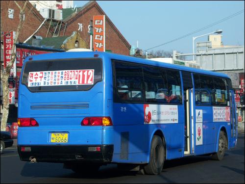 112번 좌석버스 당초 동인천에서 인천국제공항까지 운행하는 공항버스노선으로 개설된 112번. 하지만, '좌석버스 105번과의 병합', '영종도 내에서의 노선 변경' 등을 거쳤고, 이후 '서부공단 단축'으로 일반좌석버스노선으로 격하된 후 이번에는 '송림고가교로의 단축'을 맞았다. 112번은 현재, 새로 출고하는 차량의 경우, 인천광역시 내 일반 시내버스에서 투입하는 차량을 선택한다. 그렇지만 운행업체의 자진 요금인하신청(성인 현금/카드 기준 좌석버스는 1100원/950원, 일반버스는 1000원/900원)을 꾸준히 거부하고 있다. 이는 경쟁버스회사의 민원 및 소송을 의식한 인천광역시의 소극적 행정이다.