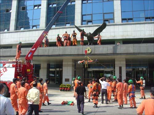 옥상에서 수직하강 연습중 추락한 소방대원 구조