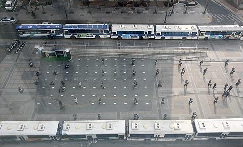 용산 철거민참사 범국민대책위원회가 매일 저녁 청계광장에서 촛불문화제를 열겠다고 밝힌 가운데 3일 오후 서울 청계광장을 경찰이 전경버스로 에워싸고, 광장에 병력을 배치해서 원천봉쇄하고 있다.