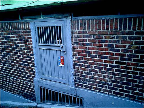 작은 문  내가 사는 원룸의 문은 아니지만, 한국 원룸은 생각보다 더 작을 수 있다.