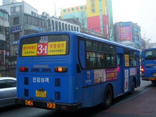 3-1번 버스차량 과거 3번 노선의 분할개편 이후 신설된 3-1번 노선의 버스차량 중 1대. 갑자기 바뀐 노선을 운행하는 버스차량은, 미처 차외부에 부착된 스티커를 떼어내지도 못하고 운행 중이다.