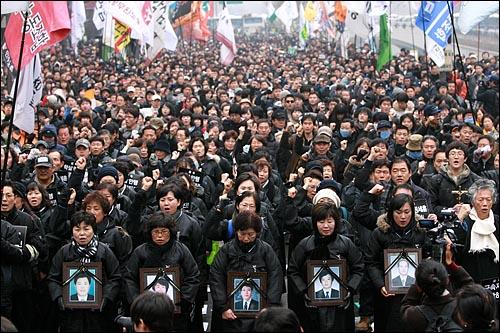 7일 오후 '용산철거민참사 희생자 제3차 추모범국민대회'가 경찰의 원천봉쇄로 인해 청계광장에서 열리지 못하고, 인근 한국관광공사앞 도로에서 유가족과 시민, 학생들이 참석한 가운데 열리고 있다.