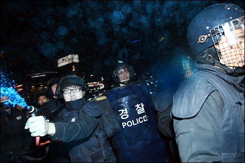 '용산철거민 살인진압 희생자 제3차 추모범국민대회'가 열린 7일 저녁 서울 종로 탑골공원 맞은편에서 경찰이 인도 위 어린아이, 노약자 등 시민들과 취재중인 기자들을 향해 무차별로 색소를 뿌리고 있다.