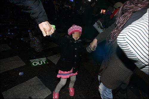 '용산철거민 살인진압 희생자 제3차 추모범국민대회'가 열린 7일 저녁 서울 종로 탑골공원 맞은편에서 경찰이 인도 위 어린아이, 노약자 등 시민들과 취재중인 기자들을 향해 무차별로 색소를 뿌리고 있다. 시사영어사앞 인도에 한 가족에게도 색소가 뿌려져 부모뿐만 아니라 부모의 손을 잡고 있던 어린아이의 얼굴과 옷에도 색소가 뿌려졌다.