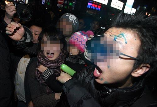 '용산철거민 살인진압 희생자 제3차 추모범국민대회'가 열린 7일 저녁 서울 종로 탑골공원 맞은편에서 경찰이 인도 위 어린아이, 노약자 등 시민들과 취재중인 기자들을 향해 무차별로 색소를 뿌리고 있다. 시사영어사앞 인도에 한 가족에게도 색소가 뿌려져 부모뿐만 아니라 부모의 손을 잡고 있던 어린아이의 얼굴과 옷에도 색소가 뿌려졌다. 부모와 주변 시민들이 어린아이에게까지 색소를 발사한 경찰에 항의하고 있다.
