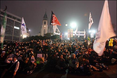 7일 밤 '용산철거민 살인진압 희생자 제3차 추모범국민대회'에 참석한 시민들이 가두시위를 벌인 뒤 서울 명동성당에 모여 정리집회를 열고 있다.