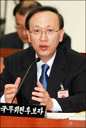 현인택 통일부장관 후보자가 9일 국회 인사청문회에서 통일관, 대북정책에 관한 의원들의 질의에 답변하고 있다.