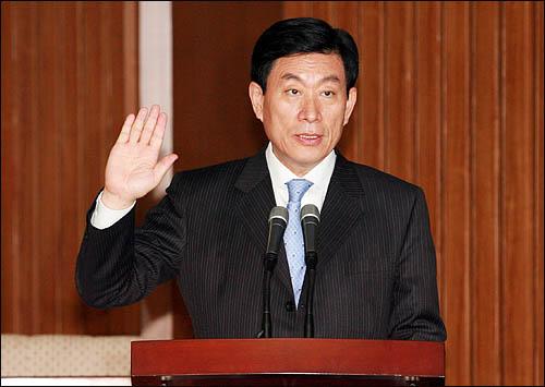 원세훈 국가정보원장 후보자가 10일 국회에서 열린 인사청문회에서 증인선서를 하고 있다.