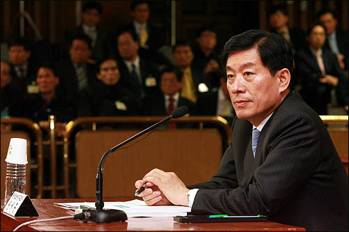 원세훈 국가정보원장 후보자가 10일 국회 인사청문회에서 의원들의 질의를 듣고 있다.