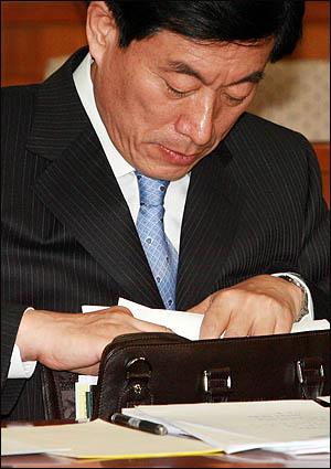 원세훈 국가정보원장 후보자가 10일 국회 인사청문회에 출석해 가방에서 답변자료를 꺼내고 있다.
