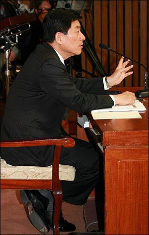 원세훈 국가정보원장 후보자가 10일 국회 인사청문회에서 의원들의 질의에 답변하고 있다.
