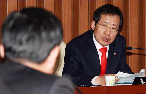홍준표 한나라당 의원이 10일 원세훈 국가정보원장 후보자에 대한 국회 인사청문회에서 질의하고 있다.