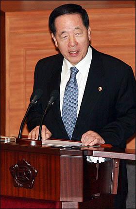 김경한 법무부장관이 11일 국회 본회의 긴급현안질문에서 용산참사와 관련한 의원들의 질의에 답변하고 있다.
