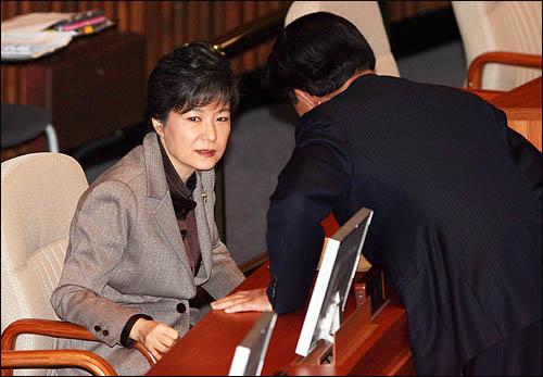 한나라당 박근혜 전 대표가 11일 국회 본회의장에서 김태환 의원과 이야기를 하고 있다.