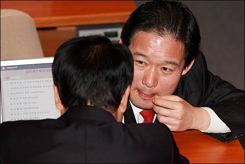 한나라당 신지호 의원이 11일 국회 본회의장에서 권경석 의원과 이야기를 하고 있다.