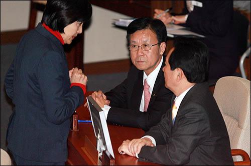 민주당 박영선 의원이 11일 국회 본회의장에서 정세균 대표, 원혜영 원내대표와 이야기를 하고 있다.