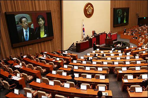 용산참사와 관련해 11일 국회에서 열린 긴급현안질문에서 김유정 민주당 의원이 김경한 법무부장관에게 질의하고 있다.