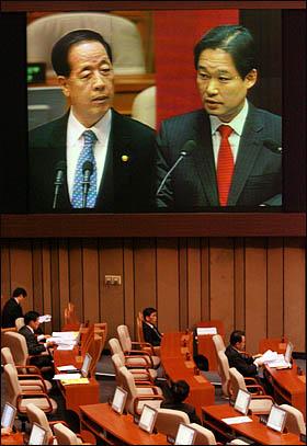 용산참사와 관련해 11일 국회에서 열린 긴급현안질문에서 신지호 한나라당 의원이 김경한 법무부장관에게 질의하고 있다.