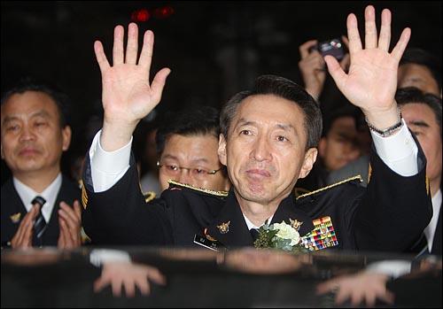 김석기 서울지방경찰청장이 12일 오후 서울 내자동 서울지방경찰청에서 열린 퇴임식을 마친뒤 청사를 나서며 취재진을 향해 손을 들어보이고 있다.