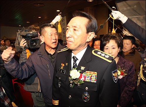 김석기 서울지방경찰청장이 12일 오후 서울 내자동 서울지방경찰청에서 열린 퇴임식을 마친뒤 '무궁화클럽' 회원들의 격려를 받으며 청사를 나서고 있다.