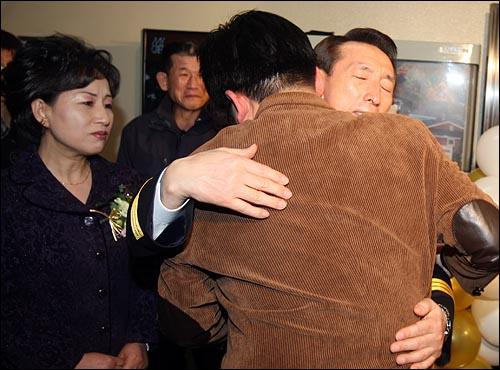 김석기 서울지방경찰청장이 12일 오후 서울 내자동 서울지방경찰청에서 열린 퇴임식을 마친뒤 한 참석자와 포옹을 하고 있다.