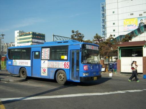 인천 65번 버스 인천에는 마을버스노선을 운행하던 회사가 시내버스노선을 인수한 경우가 많다. 현재 간선버스노선 운행의 40% 정도는 과거 마을버스노선으로 시작한 지선버스노선 중심의 버스회사가 맡고 있으며, 이는 이번 인천 대중교통체계 개편의 큰 장애가 되었다.