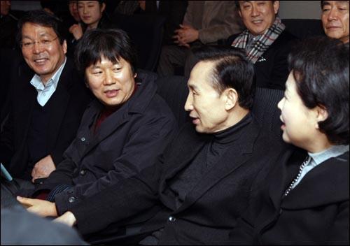 이명박 대통령이 휴일인 15일 부인 김윤옥 여사와 함께 대학로 동숭아트센터에서 최근 화제가 되고 있는 저예산 독립영화 `워낭소리' 관람에 앞서 제작자인 이충렬(왼쪽에서 두 번째) 감독과 이야기를 나누고 있다.