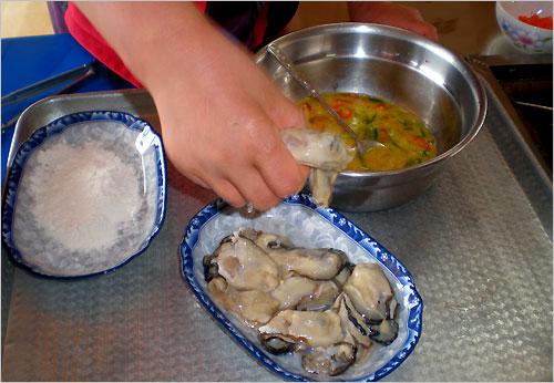 강굴튀김은 강굴의 큼지막한 알맹이에 밀가루 옷을 입혀 계란에 버무려 튀겨낸다.