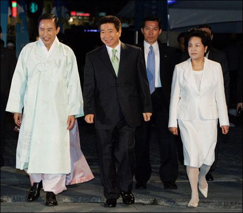 이명박 대통령과 노무현 전 대통령 이명박대통령이 서울시장 시절, 노무현대통령과 같이 걸어가고 있다