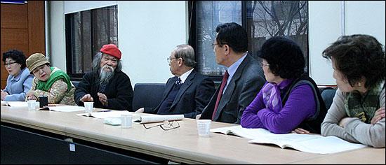 """11일 국가 상대 손배소송에서 패소한 채의진 문경유족회장(빨간 모자 쓴 이)이 """"재판결과를 수용할 수 없다""""는 입장을 설명하고 있다."""