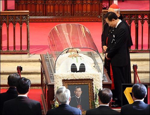 지난 16일 저녁 김수환 추기경이 선종한 가운데 17일 오후 서울 명동성당을 찾은 이명박 대통령이 정진석 추기경의 안내를 받으며 조문을 하고 있다.
