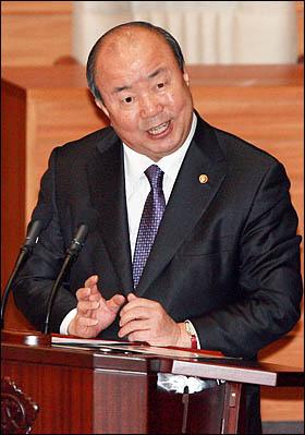 정종환 국토해양부 장관이 17일 국회 본회의 경제에 관한 대정부질문에서 답변하고 있다.