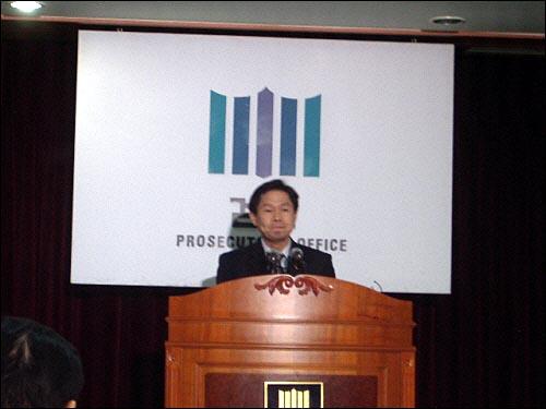 검찰은 17일 강씨가 지난 2006년 9월 7일 강원도 정선에서 출근하던 군청 여직원 윤아무개(당시 23세)씨를 납치해 살해한 것으로 자백했다고 밝혔다.