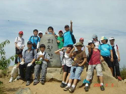 화왕산 정상 부곡초등학교 6학년 아이들이 화왕산(748m) 정상에 올랐습니다.
