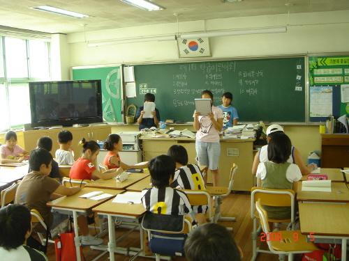 학급자치회 학급어린이회의 모습, 회의 결과를 낭독하는 구나영 어린이
