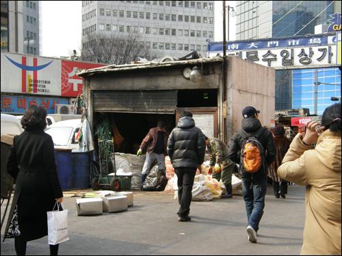 남대문 시장의 쓰레기 수집장은 출입구에 자리하고 있다.
