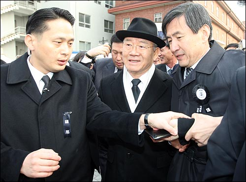 지난 16일 저녁 김수환 추기경이 선종한 가운데 18일 오전 서울 중구 명동성당 빈소를 찾은 전두환 전 대통령이 조문을 마친뒤 성당을 나서고 있다.