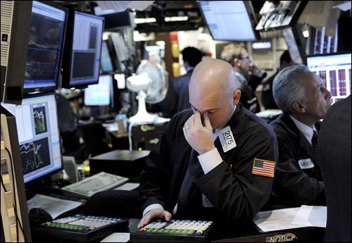 17일 미국 뉴욕 증권거래소 객장에서 장이 마감될 무렵 한 중개인이 업무를 보고 있다. 투자자들이 오바마 정부의 새 금융구제안에 반발해 다우존스 산업평균지수는 300포인트 가까이 떨어진 채 마감했다.