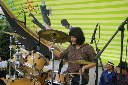 드럼소녀 지난해 안성에서 실시한 청소년들의 그룹사운드 축제 '신나는 공연'에서 한솔 양이 한창 신나게 드럼을 연주하고 있다.