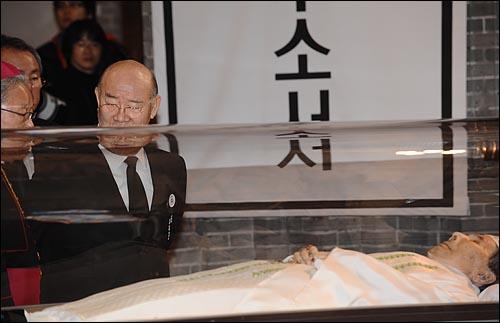 지난 16일 저녁 김수환 추기경이 선종한 가운데 18일 오전 서울 중구 명동성당 빈소를 찾은 전두환 전 대통령이 뒷짐을 진채 조문을 하고 있다.