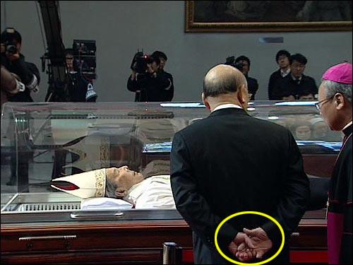 18일 오전 서울 명동성당 대성당내 유리관에 모셔진 고 김수환 추기경을 조문하는 전두환 전 대통령이 '뒷짐'진 채 조문하고 있다.
