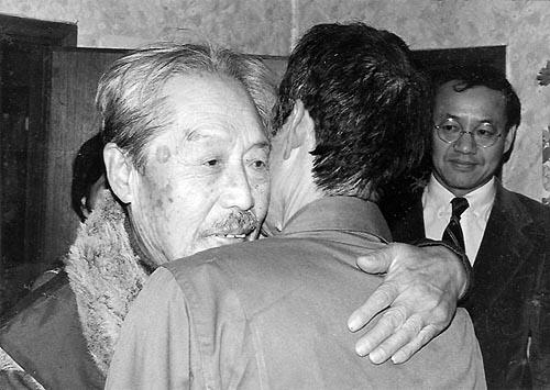 """아버지 문재린 목사의 임종을 앞두고 잠시 감옥에서 나온 문익환 목사. 아들을 제대로 알아보지도 못하던 아버지는 """"다시 감옥으로 돌아가야 한다""""는 얘기를 듣고는 벌떡 일어나 아들을 끌어안았다."""