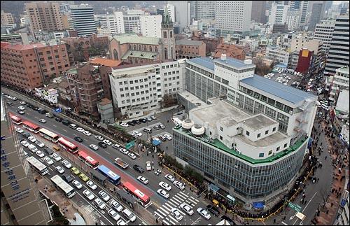 19일 오후 고 김수환 추기경을 추모하기 위해 서울 중구 명동성당을 찾은 시민들이 명동성당에서 삼일로를 지나 명동역까지 줄지어 조문 차례를 기다리고 있다.