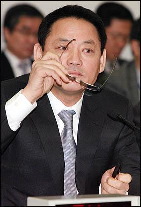 유인촌 문화체육관광부 장관이 19일 오후 국회 문방위 전체회의에서 의원들의 질의를 들으며 안경을 고쳐쓰고 있다.