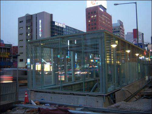서울지하철 9호선 신논현역 출구 공사현장 서울지하철 9호선 신논현역 출구 공사현장. 대부분의 공사가 마무리된 상황에서 현재 인테리어 등 가장 마지막 단계에 해야 할 공정만 남겨놓고 있다. 국내 최초의 민간자본 도시철도로서, 서울지하철 9호선이 여러모로 선례가 될 수 있다는 점에서, 많은 시민들은 9호선에 상당한 관심을 갖고 있다.