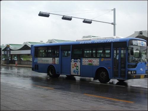 642번 버스 강서구 방화동을 출발해 김포공항, 강서구청 등을 거쳐 논현동, 고속터미널로 가는 버스노선인 642번. 당산동(한신A)~흑석동(효사정) 구간은 노들길 무정차로 운행하며, 굴곡이 없는 직선 노선으, 강서~강남 구간을 이동하는 많은 승객들로부터 전폭적인 사랑을 받고 있다.