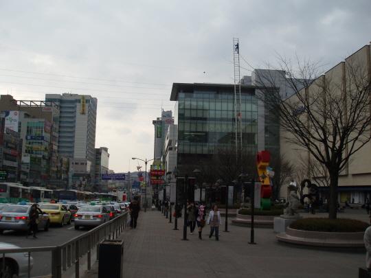 푸른조각공원 아라리오스몰시티(Arario Small City)의 '푸른조각공원'. 지난 2007년 11월에는 문화관광부에서, 푸른조각공원에 대한민국공간문화대상 최우수상을 수여하며 '공간의 현대적 재해석, 민간에 의한 문화 복합공간개발의 가장 성공적 사례'로 소개하고, 옛 서울역사에서 사진 및 동영상 전시회를 갖기도 했다.